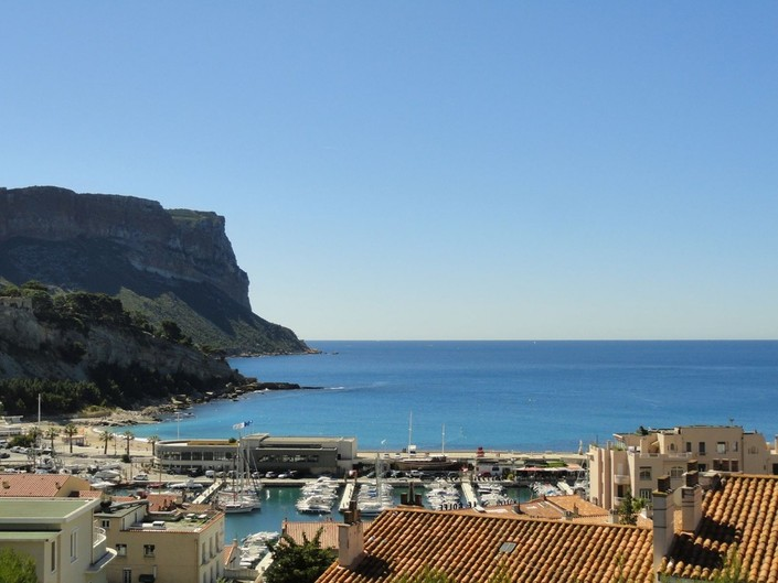 For rent Cassis Apartment T2, behind the port, in residence with parking, renovated, superb view on the sea, the port and the Cap Canaille